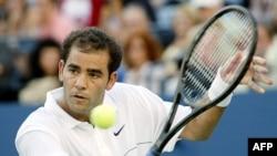 Пийт Сампрас по време на мача си срещу Андре Агаси на финала на US Open, 8 септември 2002 г.