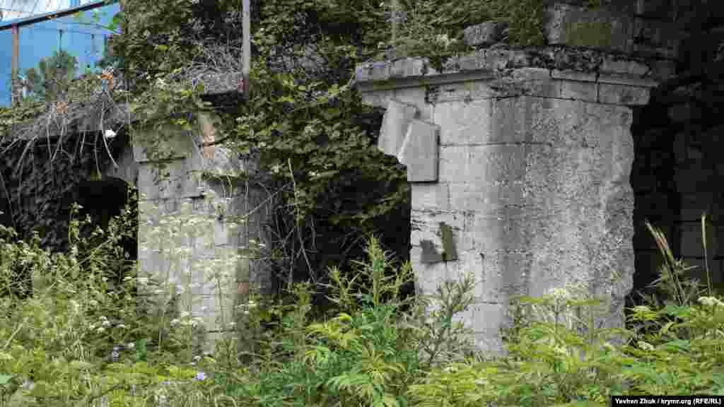 Графская усадьба находилась прямо на месте ворот современной российской воинской части. На фото – остатки нижнего крыла усадьбы