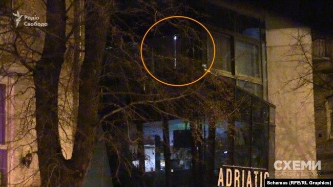 На третьому поверсі закладу горіло світло – попри те, що вікна були зашторені