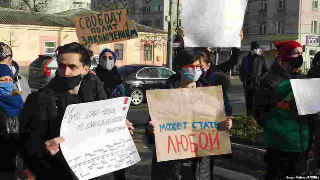 În jur de 30 de oameni, printre care activiști și activiste civice, pichetează sediul Ambasadei Rusiei de la Chișinău, în semn de solidaritate cu protestele care au loc în Rusia la care se cere eliberarea din detenție a opozantului rus Alexei Navalnîi.
