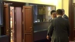 Hoyt Yee takohet me liderët politikë