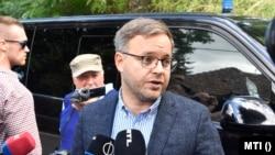 A Polgári Magyarországért Alapítvány rendezvényére, a Polgári Piknikre érkező Orbán Balázs, a Miniszterelnökség parlamenti és stratégiai államtitkára nyilatkozik a sajtónak a kötcsei Dobozy kúriánál 2021. szeptember 4-én