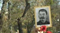 Акмачеттә коммунистлар Сталин сурәтләре белән митингка чыкты