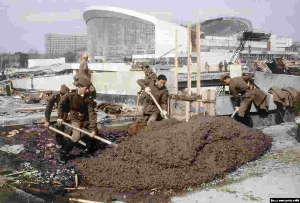 Солдаты на строительстве олимпийских объектов в Москве в мае 1980 года.Бойкот стал огромным ударом для Кремля, который уже сталкивался с серьезными финансовыми трудностями и потратил около 1,35 миллиарда долларов на подготовку к этому престижному мероприятию.