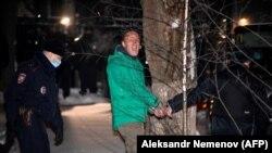 Politikani opozitar rus, Aleksei Navalny, i shoqëruar nga policia, 18 janar, 2021.