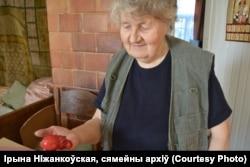 Ірына Ніжанкоўская з чырвоным бегемоцікам сваёй мамы