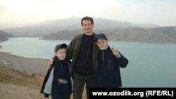Экс-сотрудник узбекских спецслужб Одилбек Юлдашев с сыновьями.