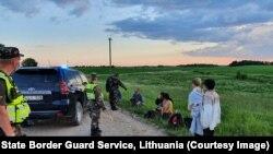 Мигранты, задержанные на литовско-белорусской границе
