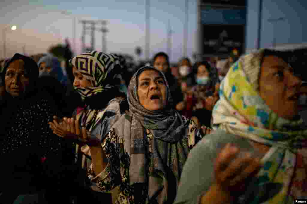 Fotografi e bërë gjatë lutjeve në kampin e përkohshëm në Lesbos.