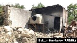 Баткендин Ак-Сай айылында чек ара жаңжалында өрттөлгөн үй.