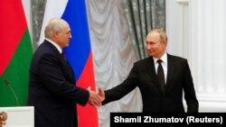 «Ми з президентом Росії проводили і проводимо консультації з цього питання і домовилися, що там треба робити якісь дії», – сказав Лукашенко