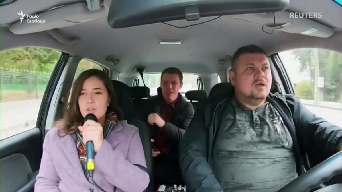 С вас песня! Таксист берет с клиентов музыкальную оплату – видео
