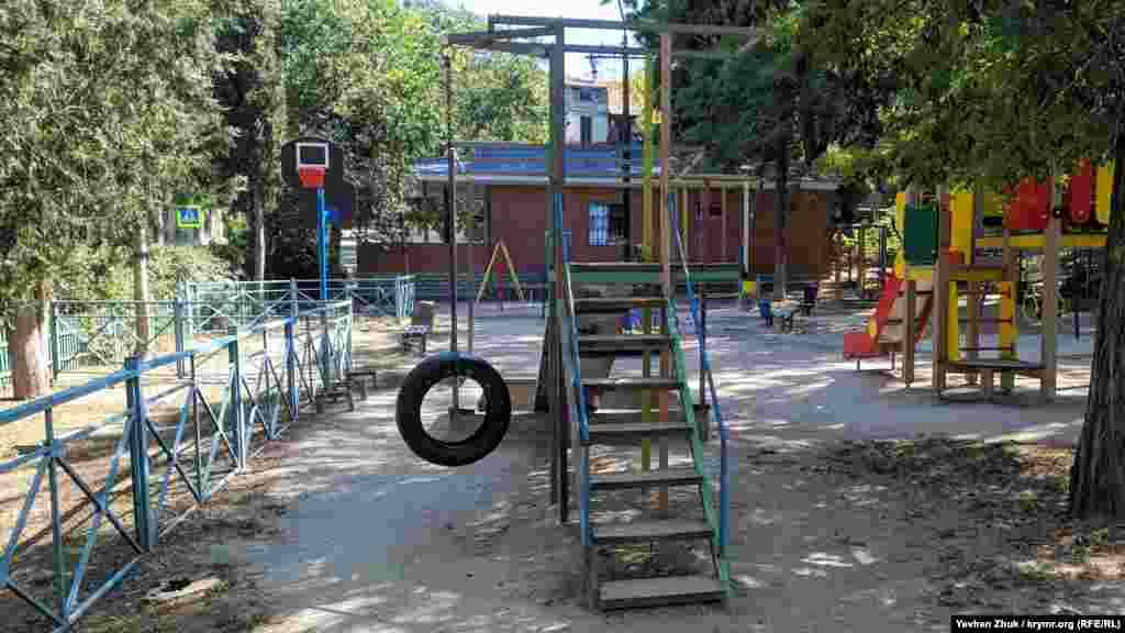 Детская площадка установлена еще до 2014 года, но содержится в порядке. Качели смастерили из автомобильной покрышки на цепи
