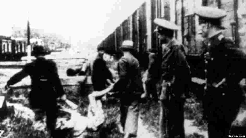 """""""În noaptea de 28/29 iunie 1941, Ion Antonescu a ordonat deportarea totală a populaţiei evreieşti din Iaşi (ordinul va fi revizuit a doua zi, rămânând a fi dislocată doar populaţia masculină adultă), iar lucrurile au degenerat ca urmare a punerii în aplicare a acestui ordin neclar şi profund antisemit. Mulţi evrei au fost ucişi pe loc, acolo unde au fost găsiţi în oraş de patrule mixte (compuse din soldaţi, poliţişti, gardieni şi jandarmi români, soldaţi germani sau civili mânaţi de antisemitism sau invidie socială), iar alţii au fost masaţi în curtea Chesturii de poliţie, unde s-a deschis focul în plin. Ulterior, evreii au fost urcaţi în două trenuri care şi-au căpătat trista faimă de 'trenuri ale morţii'. Din cauza supraaglomerării, a căldurii, a lipsei apei şi oxigenului, mii de evrei au murit în cele două trenuri sigilate şi păzite de soldaţi."""" - Adrian Cioflâncă, pogromuldelaiasi.ro"""