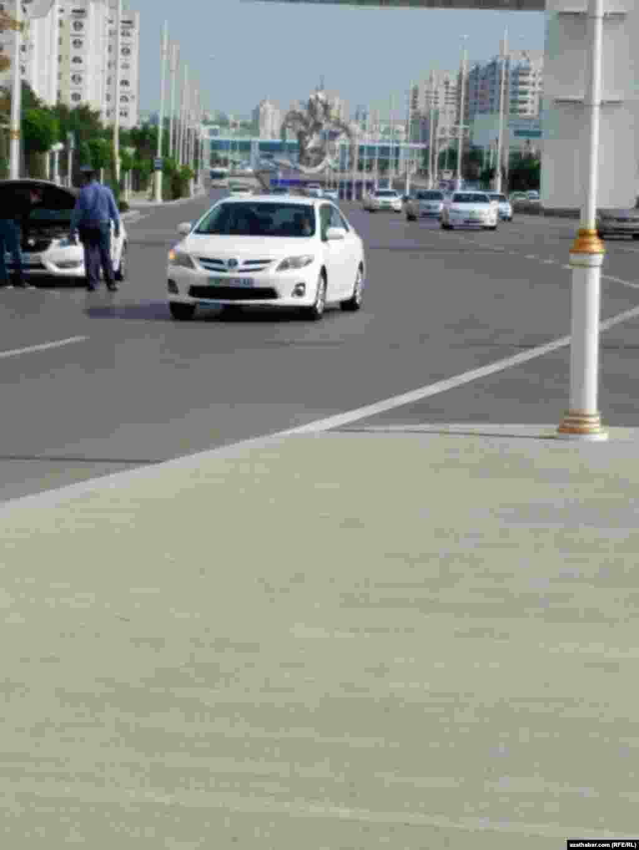 Türkmen polisiýasy sürüjileri ak awtolugaly bolsalar-da, düzgün bozmasalar hem, islän ýerinde saklap bilýär. Aşgabat, aprel, 2021.