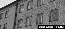 Здание следственного изолятора в Караганде, где шел суд и содержались под арестом большинство обвиняемых по делу о массовых беспорядках в Сатпаеве.