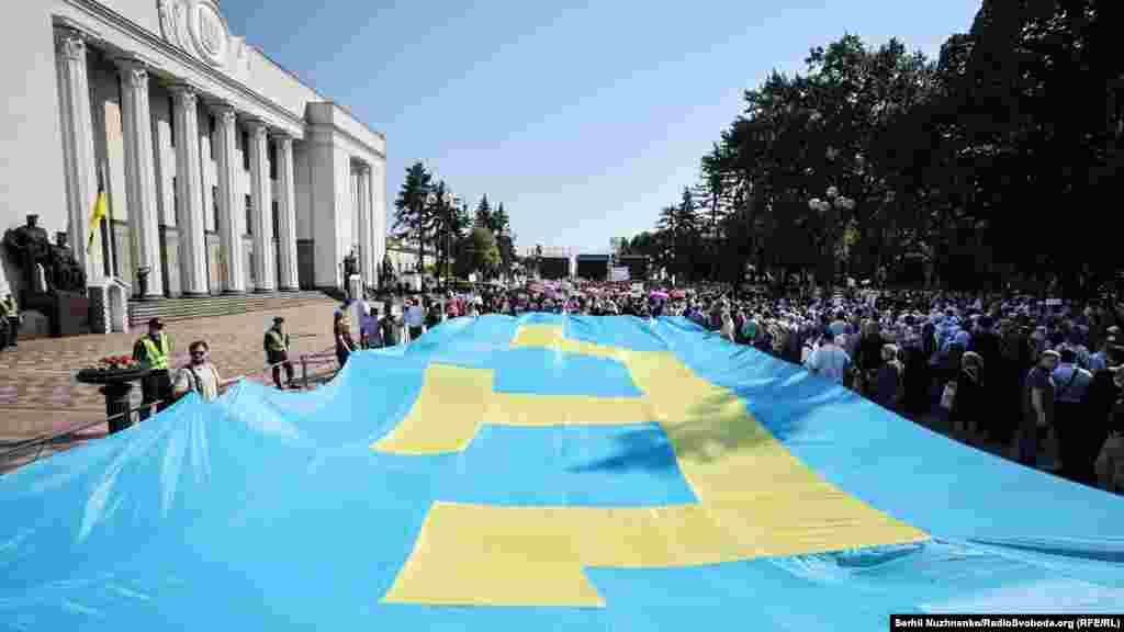 Датою святкування Дня прапора неспроста обрали 26 червня. Це перший день другого Курултаю кримськотатарського народу, що відбувся 26-27 червня в Сімферополі в 1991 році