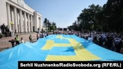 Кримськотатарський прапор біля будівлі Верховної Ради України, архівне фото