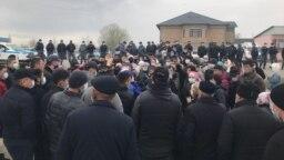 Жители села Алтынтобе под Шымкентом протестуют против ареста директора местного завода. 4 апреля 2021 года