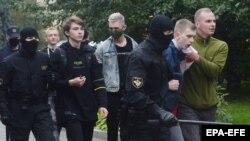 Belarus militsiyasi va OMON Minskda siyosiy mahkumlar bilan birdamlik izhor qilgan talabalarni hibsga olmoqda - 1 - sentabr, 2020