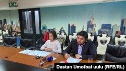 Улукбек Омурзаков вместе со своим адвокатом Назгуль Суйунбаевой на пресс-конференции 5 ноября 2020 года.