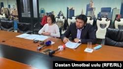 Улукбек Өмүрзаков жана анын адвокаты Назгүл Сүйүнбаева.