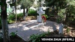 Захоронение во дворе собора