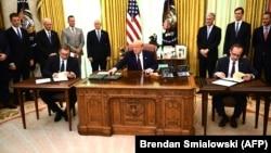 Donald Trump Kosovo baş naziri Avdullah Hoti (sağda) və Serbiya prezidenti Aleksandar Vucic-lə Oval ofisdə