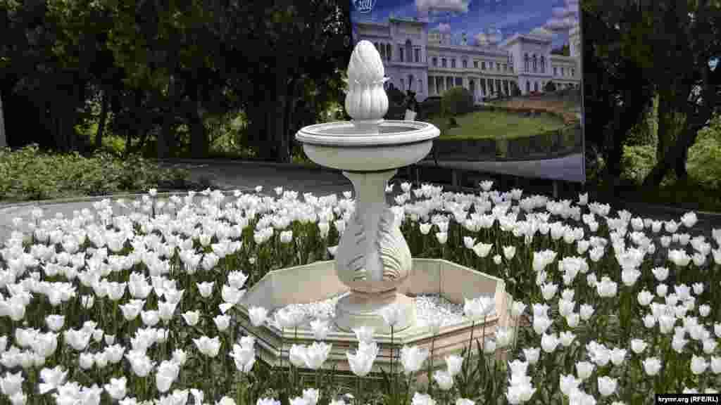 Чаша мраморного фонтана напротив южного фасада дворца стала излюбленной локацией для фотографий туристов