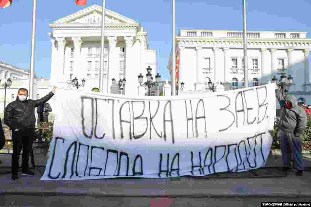МАКЕДОНИЈА - Мора да се стави крај на распродажбата на се што е македонско од страна на Зоран Заев, рече денеска потпретседателот на ВМРО-ДПМНЕ, Александар Николски, во обраќањето на протестот пред Владата во Скопје, организиран поради, како што велат, изјавите напремиерот Зоран Заев и разнебитувањето на Македонија.