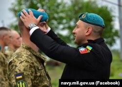 Військовослужбовець отримує штормовий берет морського піхотинця. 22 травня 2021 року, Одеська область