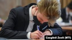 Magyar nyelv és irodalom írásbeli érettségi vizsgát tesznek a diákok a debreceni Fazekas Mihály Gimnáziumban, 2021. május 3-án.