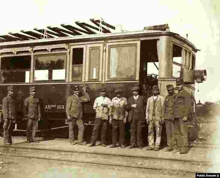 Tren automotor din primele decenii ale secolului XX. Încă de atunci, în jurul Capitalei erau folosite astfel de trenuri.