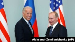 Віцепрезидент США Джо Байден (ліворуч) вітається з тодішнім російським прем'єр-міністром Володимиром Путіним у Москві, 10 березня 2011 року