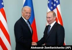 Вице-президент США Джо Байден обменивается рукопожатием с главой правительства России Владимиром Путиным, 10 марта 2011 года, Москва