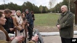 Újságírók kérdezik Lukasenka belarusz vezetőt