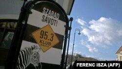 """Знак на единствената опозициска радиостаница во Унгарија со национална мрежа, Клубрадио: """"Бесплатни ленти! Јавен сообраќај, јавен живот"""""""