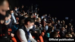 Президенттин милдетин аткарып жаткан премьер-министр Садыр Жапаровдун басма сөз жыйынына катышкан журналисттер.