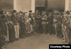 Locuitori ai Bucureștiului și militari germani, 1916. Sursa: Expoziția Marele Război, 1914-1918, Muzeul Național de Istoie a României.