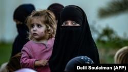 Женщины и дети, находящиеся в лагере беженцев «Аль-Хол» вСирии. Архивное фото.