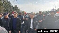 Слева направо: бывший премьер-министр Сапар Исаков, бывший президент Алмазбек Атамбаев и экс-глава правительства Омурбек Бабанов.