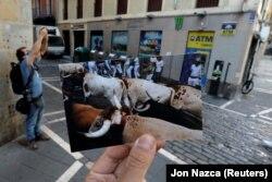 Фотографія «забігу з биками», зроблена 7 липня 2019 року, на тлі того самого місця в Памплоні 7 липня 2020-го
