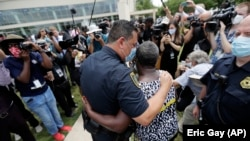 Șeful poliției din Houston, Art Acevedo , după ceremonia funerară pentru George Floyd, afroamericanul a cărui moarte a provocat valul de proteste antirasiale din Statele Unite, 8 iunie 2020.