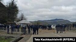 სოფელ გუმათთან პოლიცია აკონტროლებს და ზღუდავს მოქალაქეების გადაადგილებას