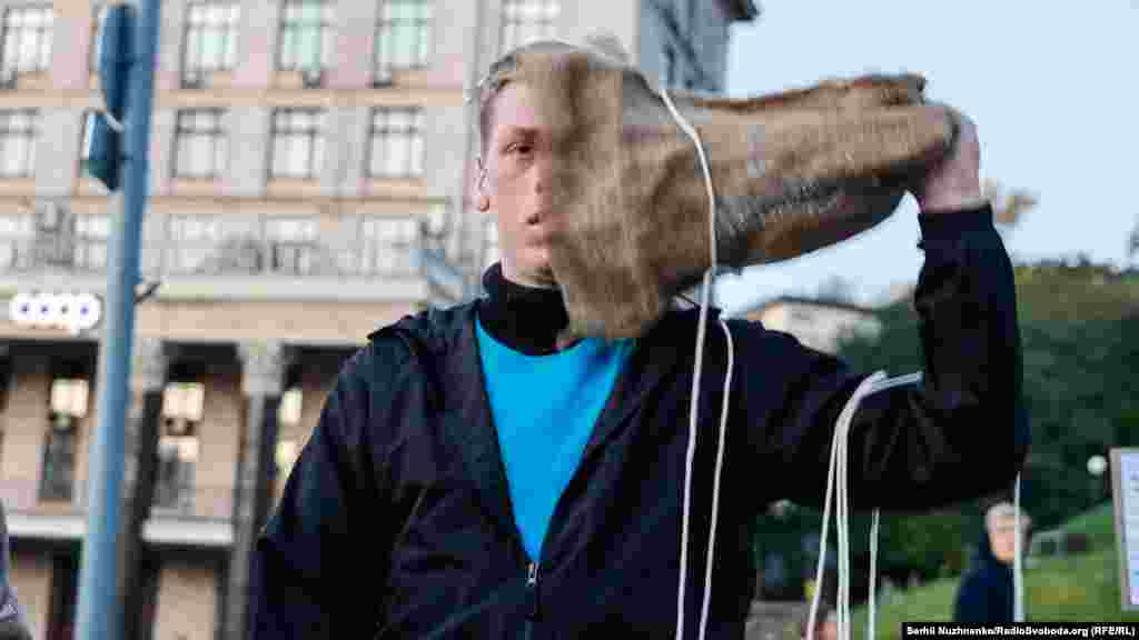 Під час акції молода людина, яка зображуала політв'язня, зняла мішок з голови