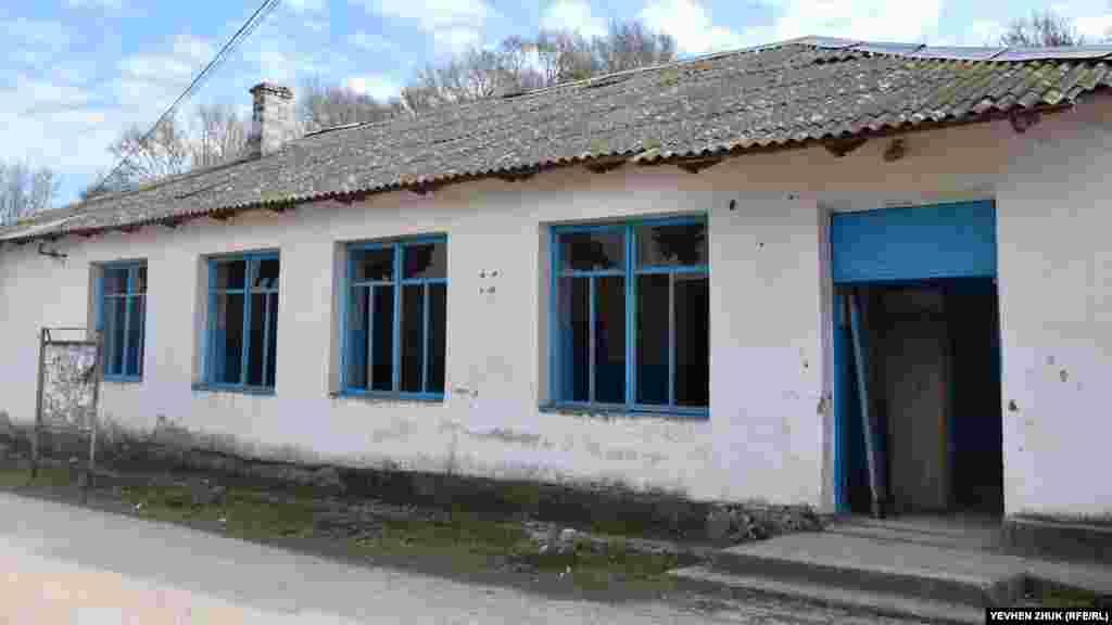 Біля автобусної зупинки розташований сільський клуб