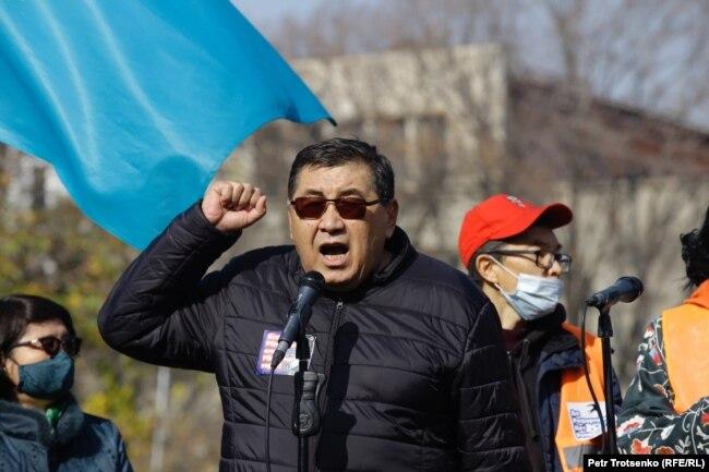 Ермұрат Бапи митинг кезінде сөз сөйлеп тұр. Алматы, 31 қазан 2020 жыл.