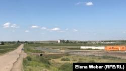 Мусорные отходы на полигоне видны издалека. Недалеко от полигона расположен склад патронного завода