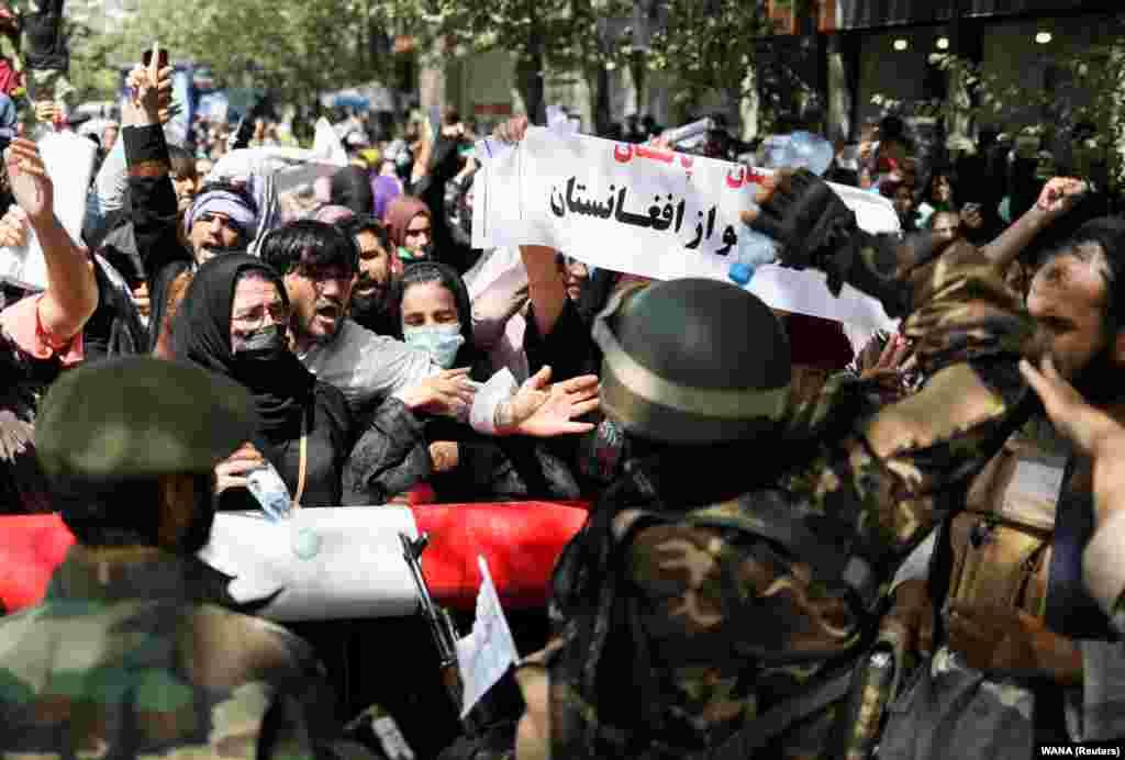 АВГАНИСТАН - Канцеларијата на Обединетите Нации за човекови права денеска соопшти дека одговорот на Талибанците на мирните протести во Авганистан бил се понасилен, при што властите користеле муниција, палки и камшици и убиле најмалку четворица демонстранти.
