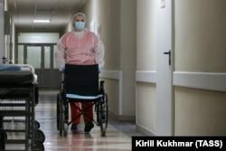 """Надежда Круцких, волонтер из отряда """"Атлант"""", работает в хирургическом и терапевтическом отделениях поликлиники, а также в ковидном отделении. Она помогает врачам бороться с эпидемией. Новокузнецк, 10 августа 2021 года"""